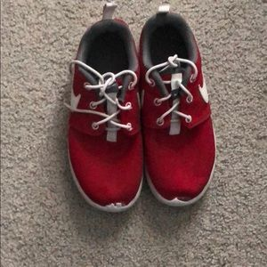 Other - 2Y red Nike roshe